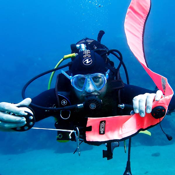 Curso de especialidad PADI en Lanzarote DSMB - con centro de buceo Manta Diving Lanzarote