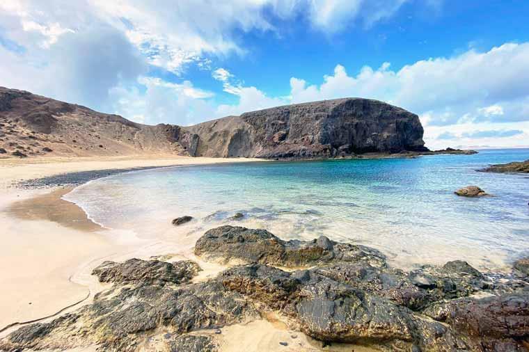 Visita Lanzarote: visita las playas de arena dorada más hermosas